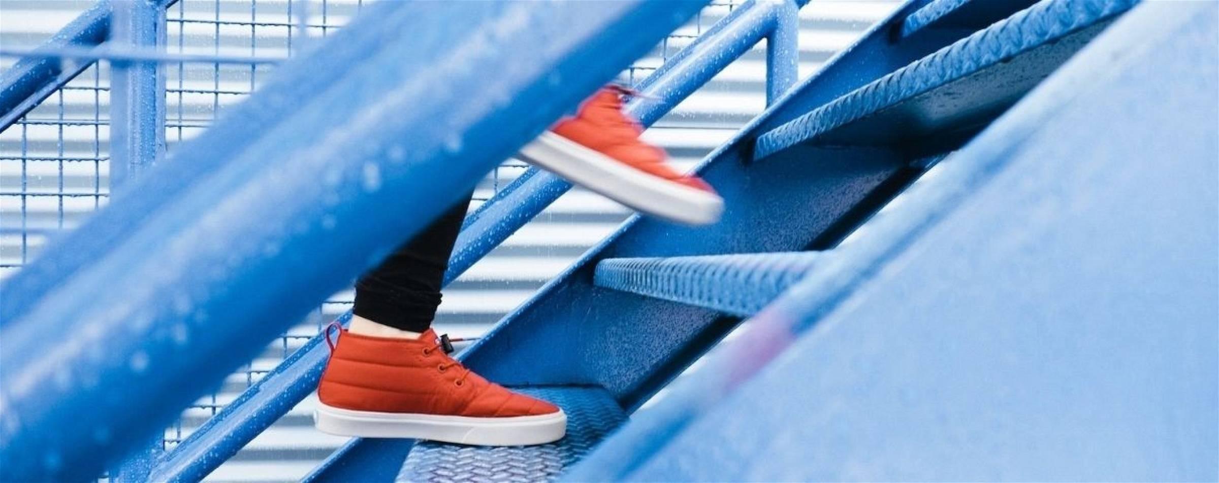 Met een stappenteller kan je alle stappen tellen tijdens het wandelen en traplopen