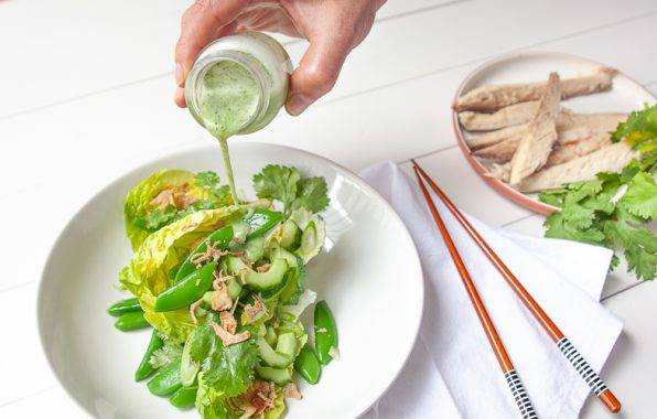 Sugar Snap salade met komkommer en gerookte makreel en een Oosterse dressing