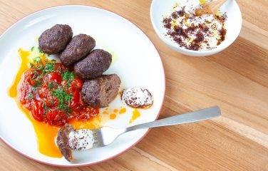 Turkse kofte gehaktballetjes met pittige tomatensaus en yoghurt