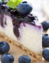 Vegan cheesecake met blauwe bessen is een lactosevrij recept voor een no-bake cake