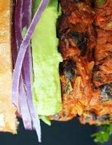 Zwarte bonen burger is een stevige vegaburger met zoete aardappel en quinoa en noten