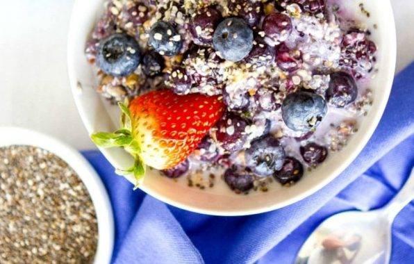 Vezelrijk ontbijt met amandelmelk, zaden en pitten.