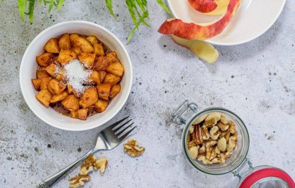 Warme appel met kaneel en noten als gezonde snack.