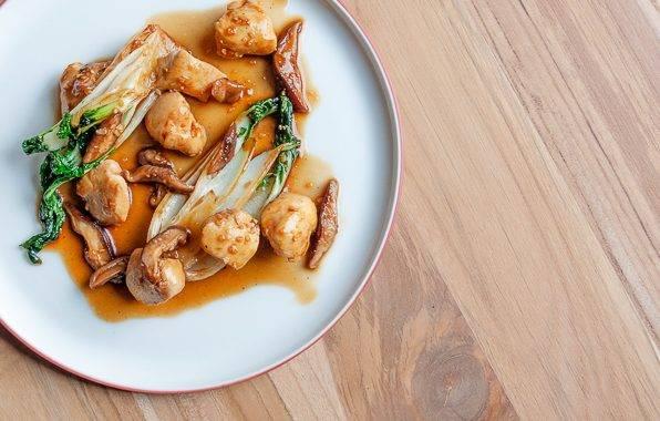Oosters wokgerecht met paksoi, kip, en shiitake paddenstoelen