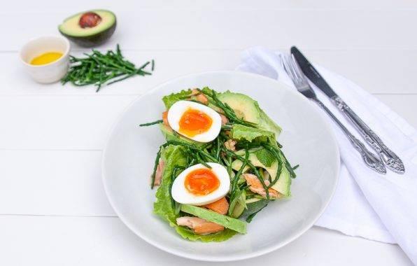 Zeekraal salade met gerookte zalm en avocado