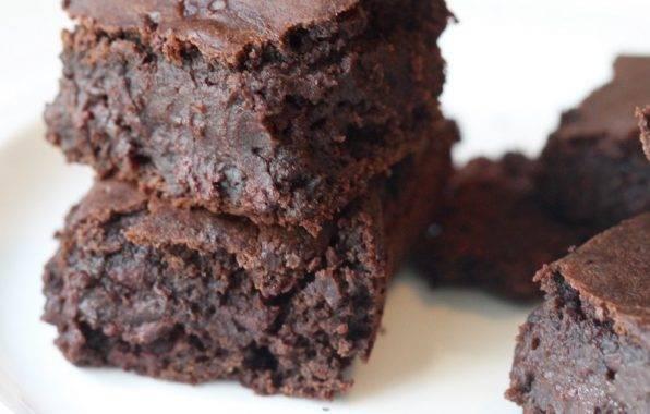 Smeuïge chocolade brownies vam zwarte bonen zonder bloem dus glutenvrij.